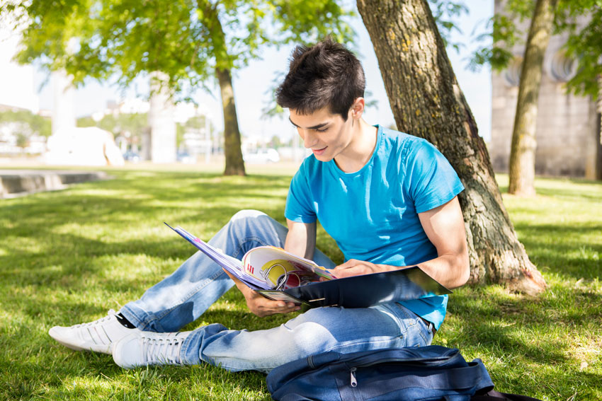 intensivos_verano_jovenes_young-student-studying-at-the-school-garden-3UDH9SY