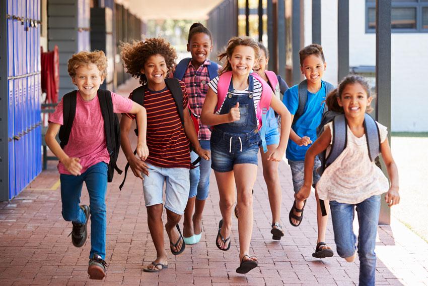 intensivos_verano_ninos_school-kids-running-in-elementary-school-hallway-f-PFWJL37