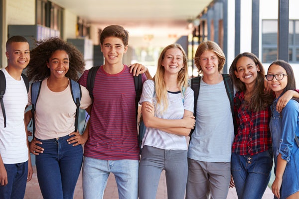 jovenes_teenage-classmates-standing-in-high-school-hallway-PNJYD5L