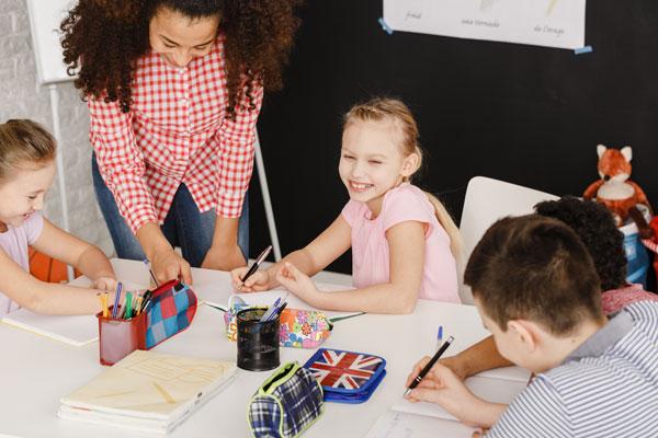 otros_servicios_smiling-children-and-female-teacher-PH5Q54U